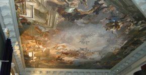 Репродукция на потолке из ткани